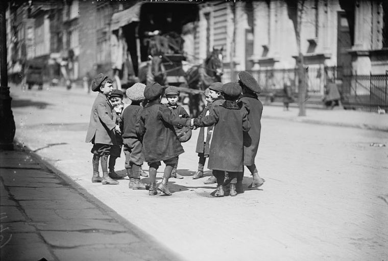 Children_playing_in_street,_New_York